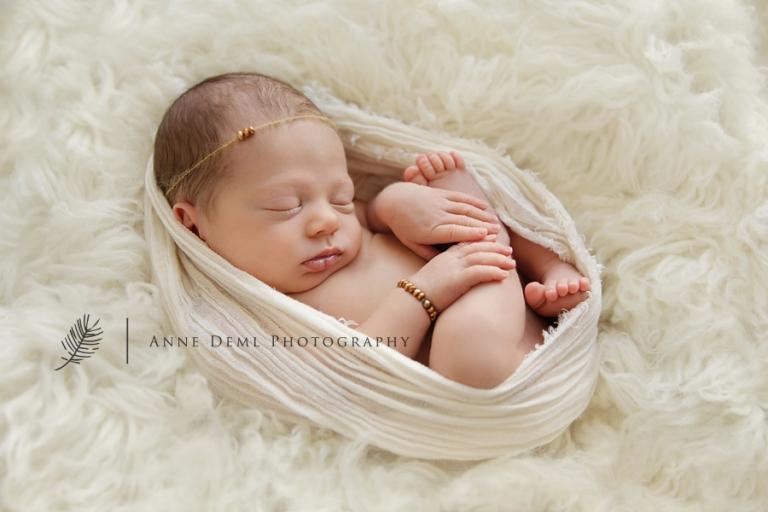 niedliche-babyfotos-babyfotograf-muenchen-fotostudio-fuer-babyfotografie-geburt-neugeborene-1