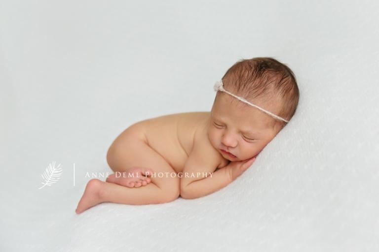 mama_und_papa_babyfotos_auf_arm_schlafendes_neugeborenes_babyfotograf_anne_deml_muenchen_freising_ingolstadt_natalie10