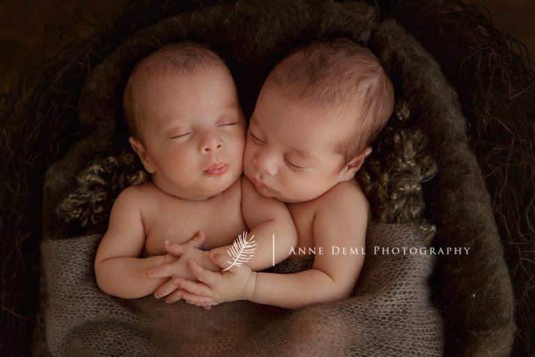 babyfotos_zwillinge_neugeborenenfotos_muenchen_anne_deml_babyfotograf_suesse_babyfotos_drillinge_geburt_krankenhaus_hebamme_01