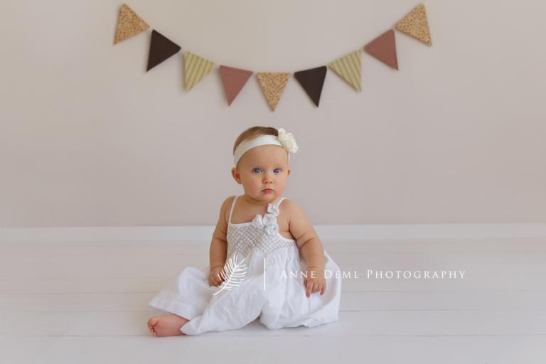besondere_babyfotos_acht_monate_altes_baby_babyfotograf_anne_deml_muenchen_babybilder_babyshooting_fotostudio_ungestellte_fotos_emma_3