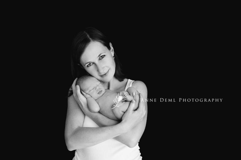 neugeborenenbilder_babybilder_mit_mama_im_arm_elternbilder_neugeborenenfotografie_babyfotograf_anne_deml_fotostudio_fuer_babyfotografie_leo_16