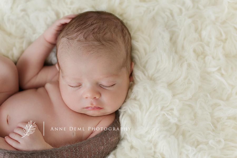 neugeborenenfotos_augsburg_neugeborenenfotograf_muenchen_neugeborenenshooting_geburt_hebamme_anne_deml_fotografie_babyfotograf_freising_suesse_babybilder_muenchen_mio_5