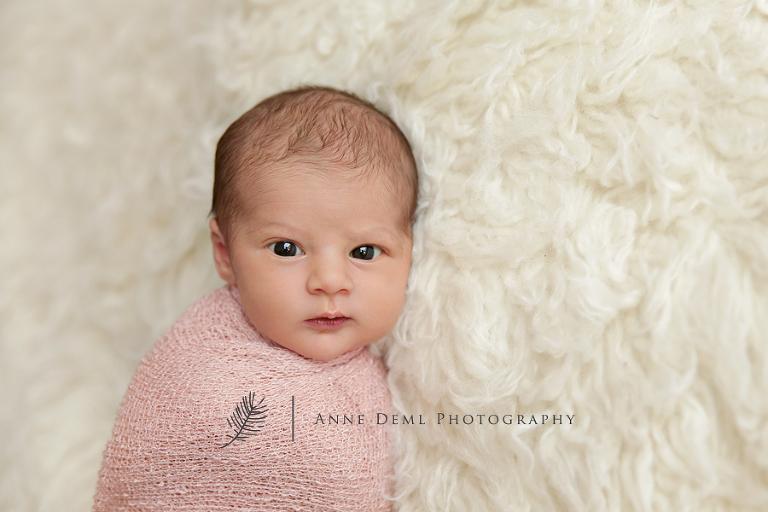 neugeborene_offene_augen_pucken_suesse_neugeborenenfotos_babyshooting_professioneller_babyfotograf_anne_deml_augsburg_freising_muenchen_mia_8