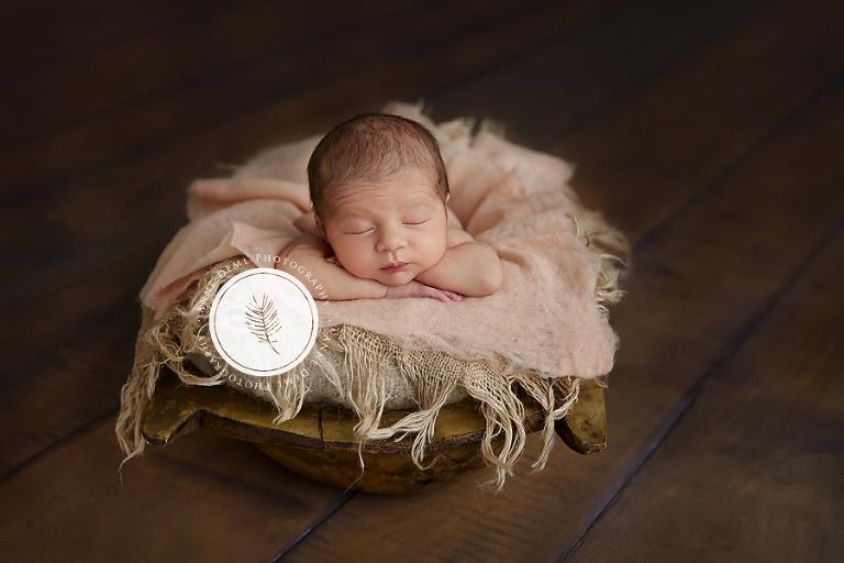 neugeborene_schlafend_pucken_suesse_neugeborenenfotos_babyshooting_professioneller_babyfotograf_anne_deml_augsburg_freising_muenchen_mia_11