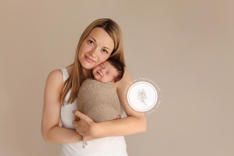 lachende_neugeborene_engelslaecheln_babyfotograf_anne_deml_mama_und_baby_fotos_muenchen_professionelle_babyfotos_hebamme_neugeborenenfotos_julie_2