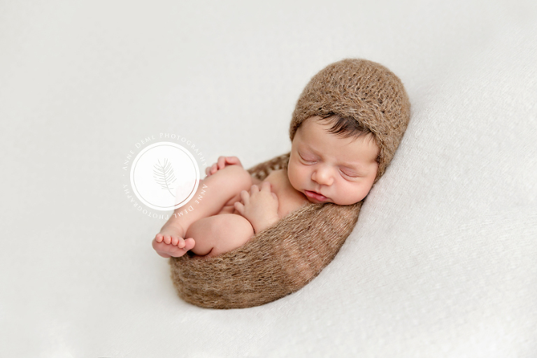 suesse_babybilder_professioneller_babyfotograf_babyshooting_fotostudio_babyfotografie_muenchen_anne_deml_babyspezialist_freising_neugeborene_mit_haaren_julie_10