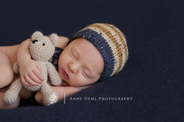 neugeborenenfotos_jungen_babyfotografie_babyfotograf_augsburg_geburt_krankenhaus_babyshooting_muenchen_anne_deml_fotostudio_professionelle_fotografie_niedliches_baby_finley_3