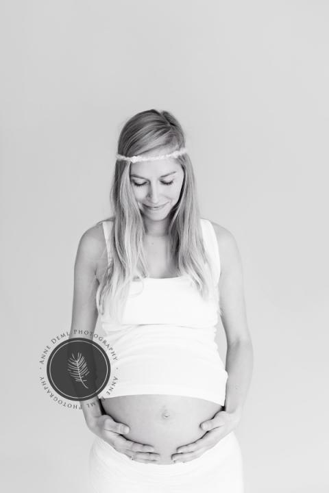 babybauchbilder_im_studio_studiofotografie_schwangerschaftsshooting_babybauchfotograf_babybauchfotografie_anne_deml_muenchen_freising_indoor_isi_9