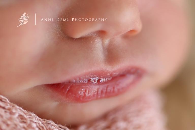 babyfotograf_muenchen_engelslaecheln_neugeborenes_suesse_babyfotos_besondere_babyfotografie_augsburg_babyshooting_freising_anne_deml_neugeborenenshooting_fotostudio_atelier_geburt_krankenhaus_emily_7