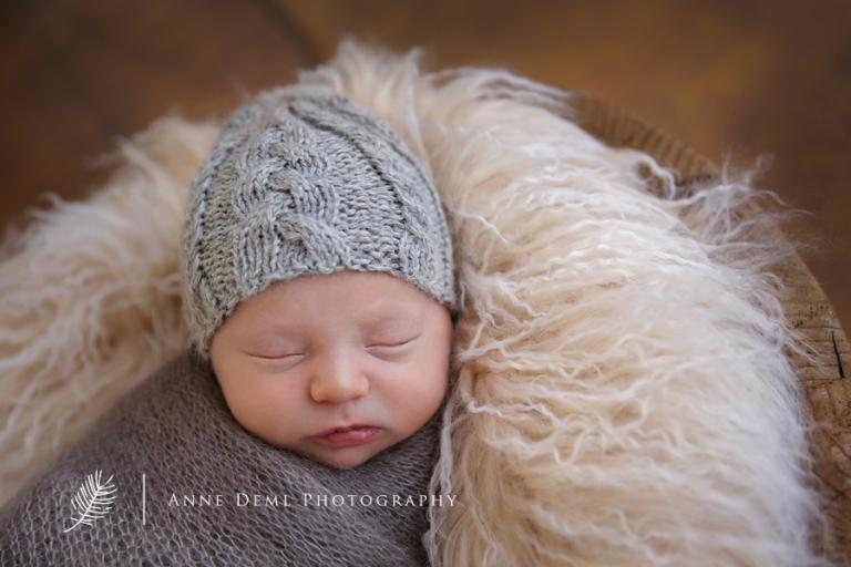 baby_im_korb_babymuetze_niedliche_babyfotos_suess_schlafendes_neugeborenes_babyfotografin_muenchen_babyshooting_neugeborenenshooting_babybilder_hebamme_babyfotografie_augsburg_professioneller_fotograf_finley_6