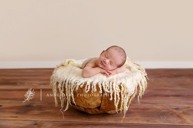 neugeborenenfotos_muenchen_babyfotograf_babyfotos_babybilder_babyfotografie_augsburg_babyshooting_freising_lachendes_neugeborenes_niedliches_baby_geburt_hebamme_eltern_paul_1