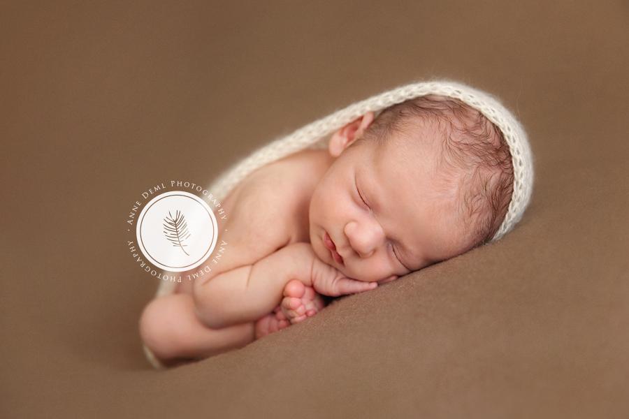 schlafendes_baby_suesse_babybilder_neugeborenenshooting_babyfotografin_muenchen_professionelles_babyshooting_anne_deml_niedliches_baby_paul_10
