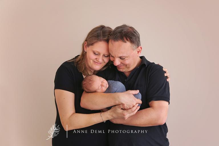 schlafendes_baby_suesse_babybilder_neugeborenenshooting_babyfotografin_muenchen_professionelles_babyshooting_anne_deml_niedliches_baby_paul_7