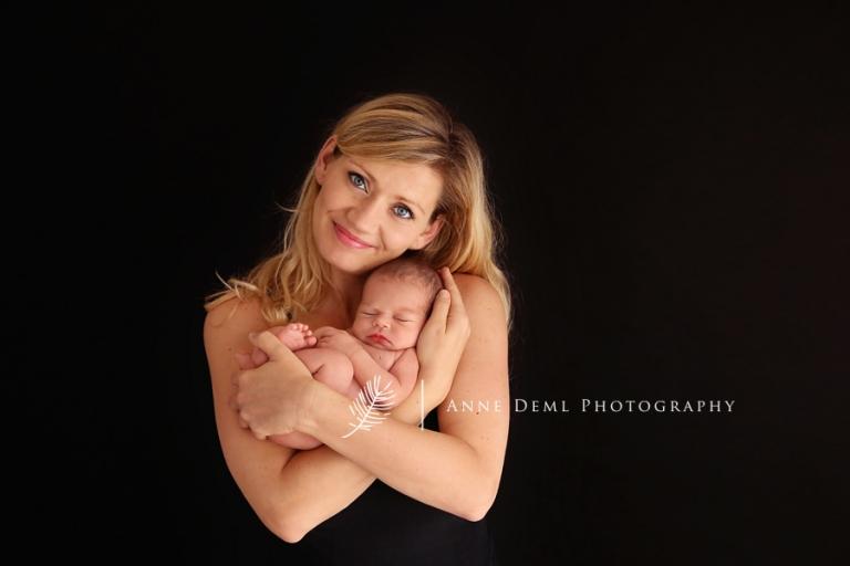 babyshooting_anne_deml_babyfotograf_augsburg_baby_mit_mama_hebamme_geburt_nika_16