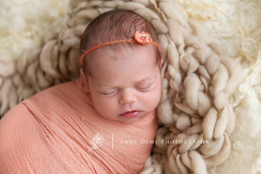 babyshooting_anne_deml_babyfotograf_augsburg_baby_mit_mama_hebamme_geburt_nika_17