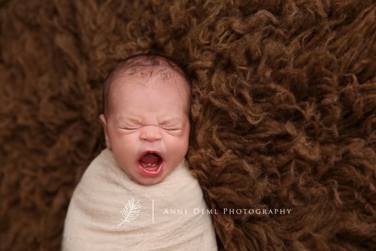 schlafende_neugeborenenfotos_babyshooting_augsburg_anne_deml_babyfotograf_bayern_baby_geburt_muenchen_nika_12