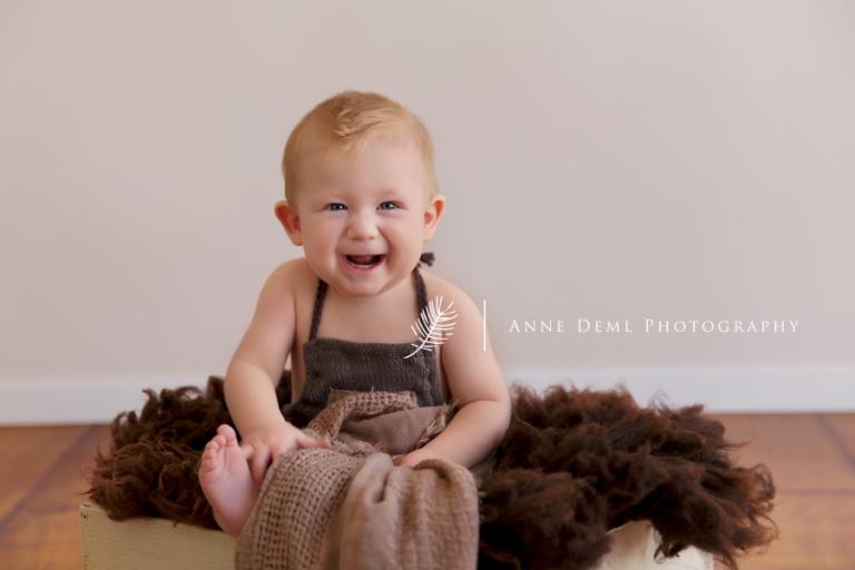 babyfotograf_anne_deml_muenchen_fotostudio_babyfotografie_baby_acht_monate_lachende_babybilder_leo_10