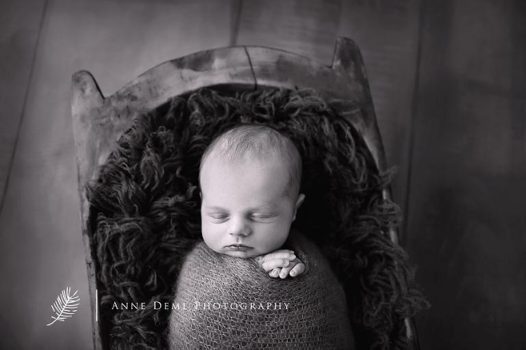 babyfotos_augsburg_babyfotograf_augsburg_babyshooting_professionelle_babybilder_fotostudio_anne_deml_niedliche_neugeborene_hebamme_krankenhaus_felix_1